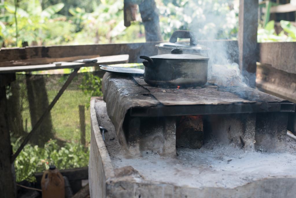 Leur poêl à bois est utilisé pour la cuisson et faire chauffer de l'eau