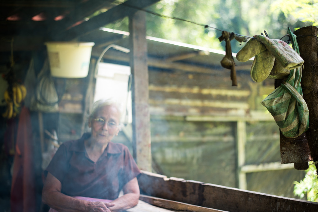 Eva explique comment faire du pain dans un chaudron sur le poêl à bois
