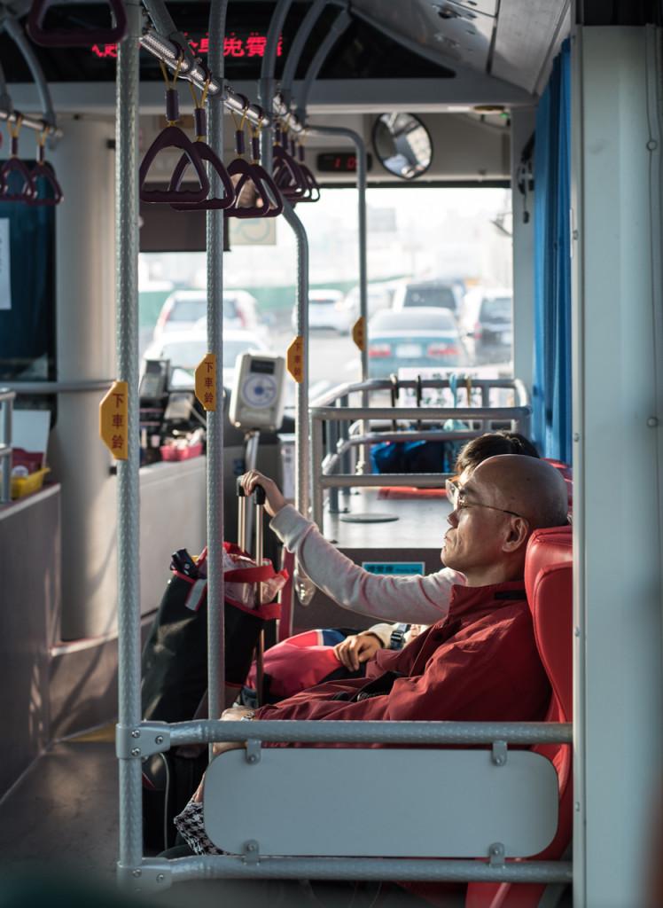 Un moine en autobus au retour du temple bouddhiste